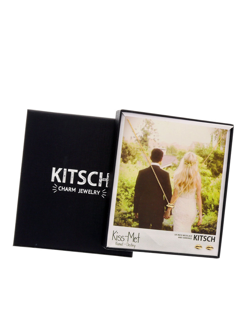 Kitsch Kiss Met Gold Necklace