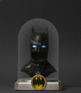 Batman: Deluxe Cowl: Lights up!